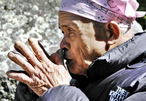 Mbah Mardijan melakukan ritualnya. Foto diambil pada 16 Mei 2006 (AFP/GETTY IMAGES/TARKO SUDIARNO)